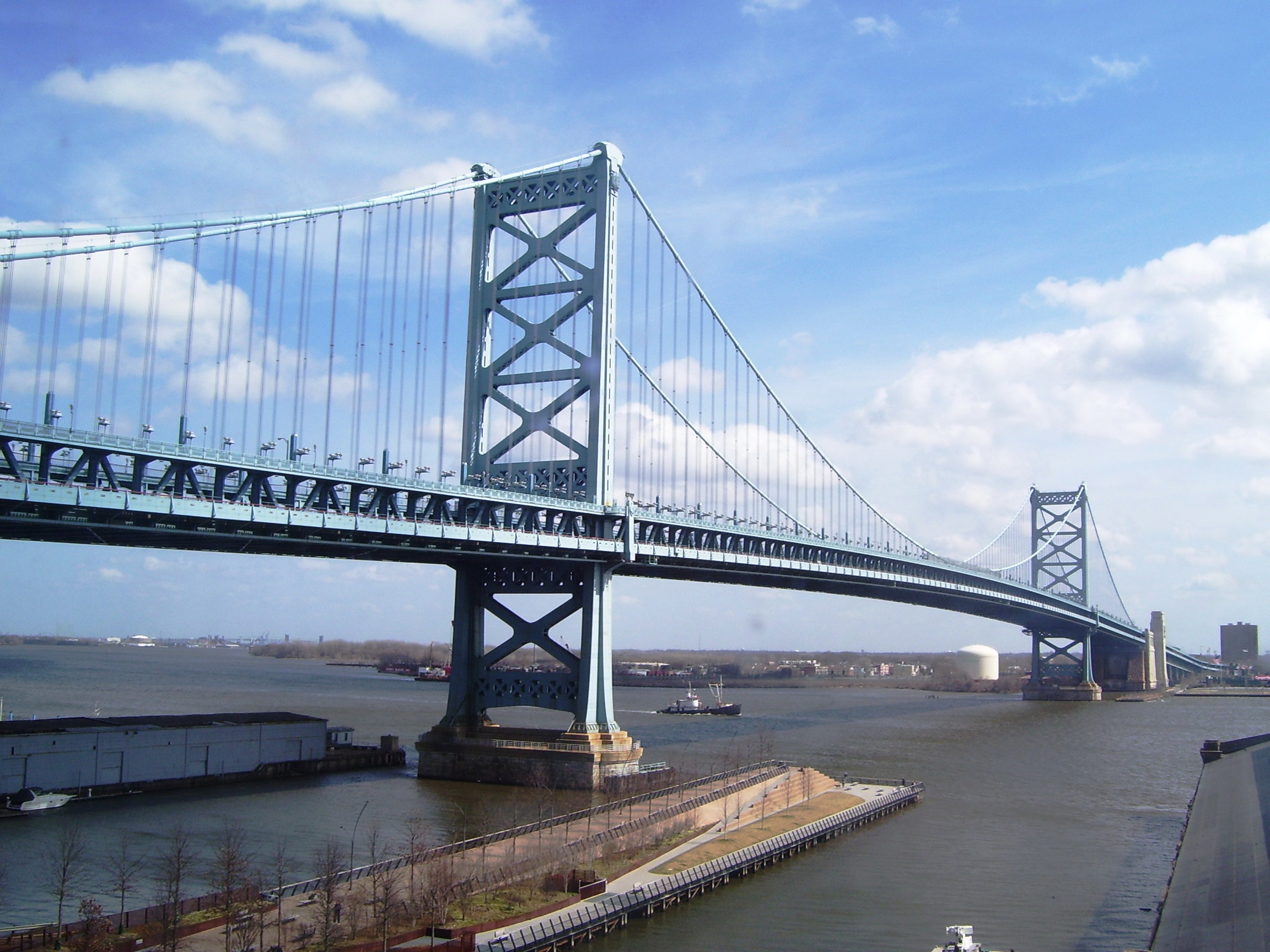 2012_Ben_Franklin_Bridge_and_Race_Street_Pier